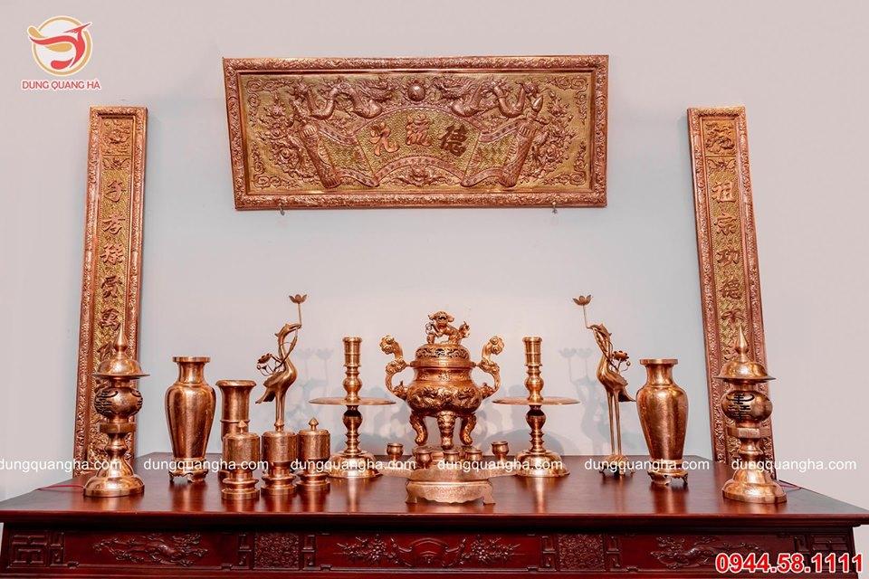 Bộ đồ thờ cúng đầy đủ trên bàn thờ - đồng đỏ chạm rồng nổi