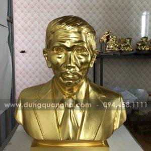 Đúc tượng chân dung thếp vàng cho khách