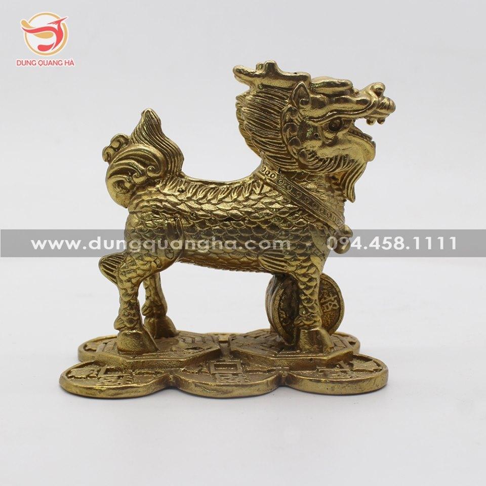 Kỳ lân phong thủy đứng trên gương bát quái bằng đồng vàng mộc