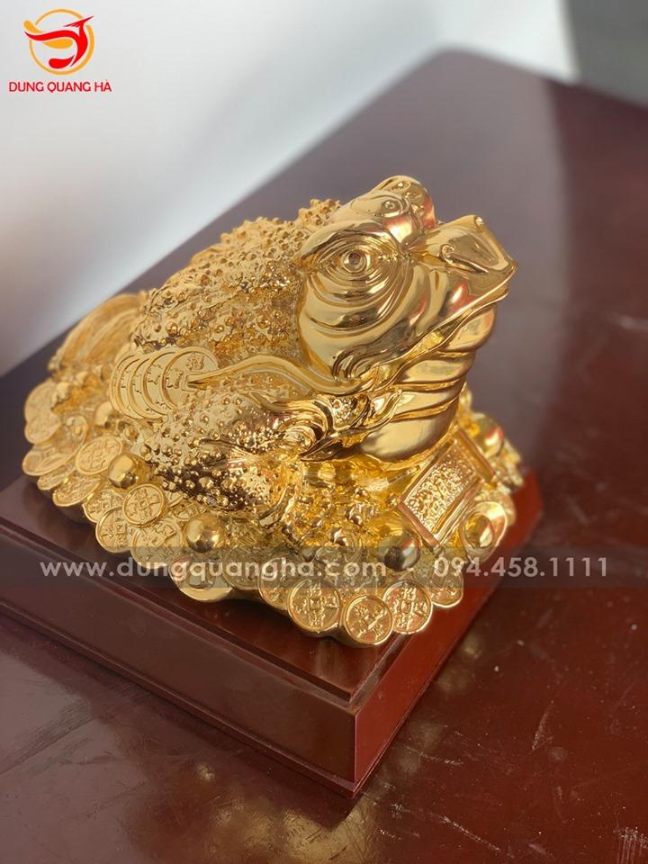 Thiềm Thừ mạ vàng ôm cuốn thư câu đối