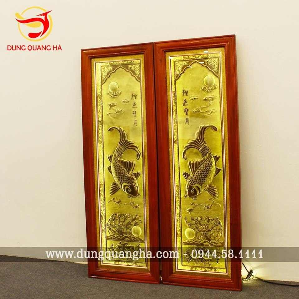 Tranh Lý Ngư Vọng Nguyệt bằng đồng vàng lắp đèn soi cao cấp