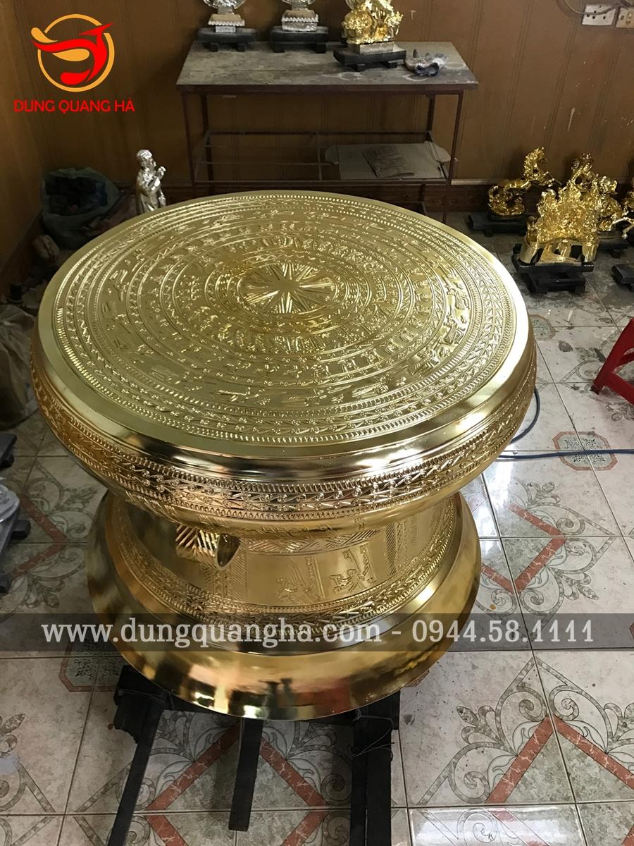 Trống đồng Ngọc Lũ đồng vàng bày phòng khách