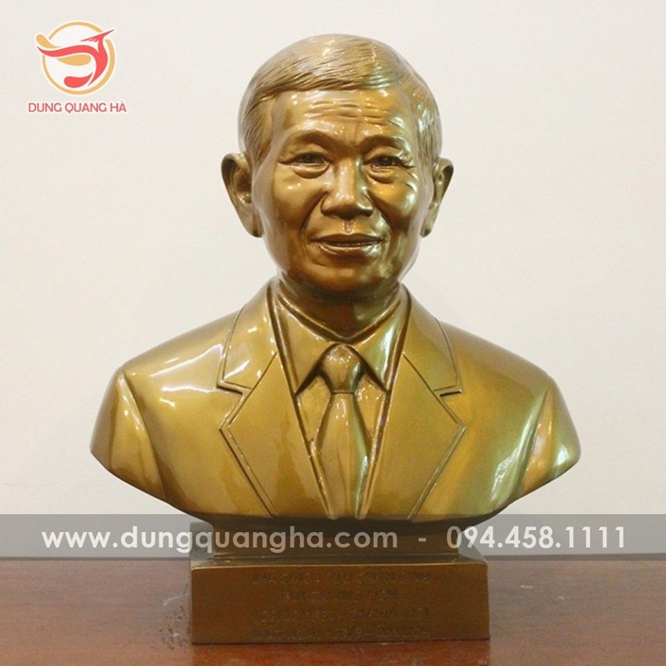 Tượng chân dung của khách cao 42cm