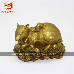 Tượng chuột phong thủy nằm trên tiền xu bằng đồng