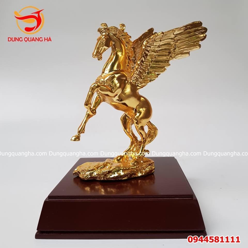 Tượng ngựa bằng đồng có cánh mạ vàng