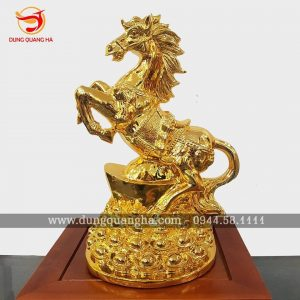 Tượng ngựa phong thủy đứng trên Kim Nguyên Bảo mạ vàng 24k