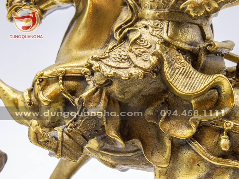 Tượng Quan Vân Trường cưỡi ngựa cầm đao