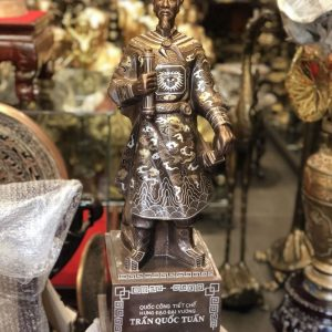 Tượng Trần Quốc Tuấn bằng đồng khảm tam khí trưng bày phòng khách