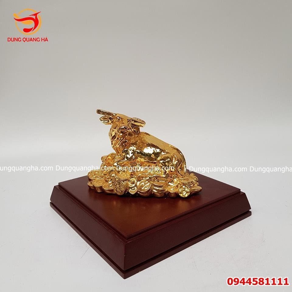 Tượng trâu bằng đồng nằm trên tiền mạ vàng