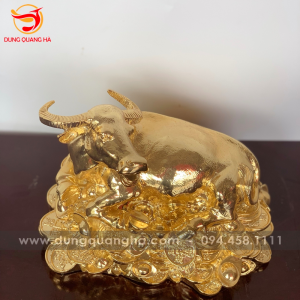 Tượng trâu phong thủy nằm trên vàng bạc, châu báu mạ vàng 24k