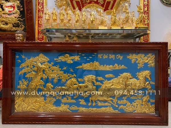 Tranh bát mã phong thủy mạ vàng nền xanh khung gỗ tùng
