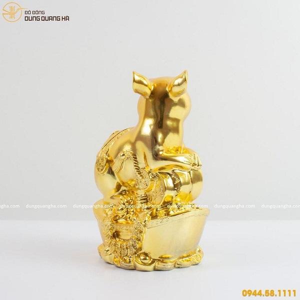 Tượng chuột vàng tài lộc đứng trên thỏi vàng
