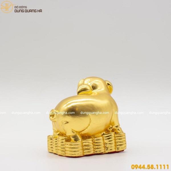 Tượng heo phong thủy thếp vàng tượng trưng cho thịnh vượng