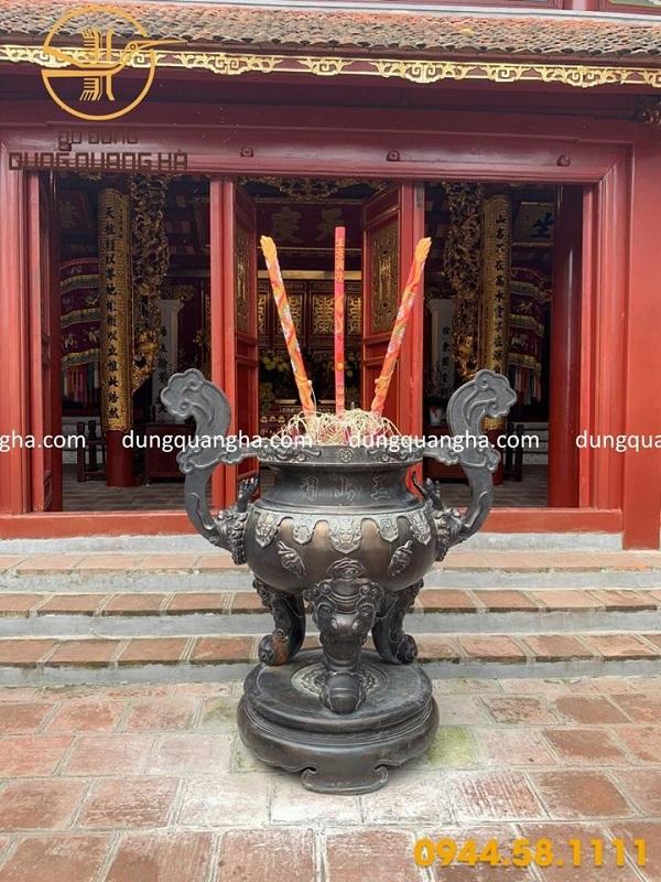Lư hương đồng đỏ cỡ lớn đặt tại đình, chùa
