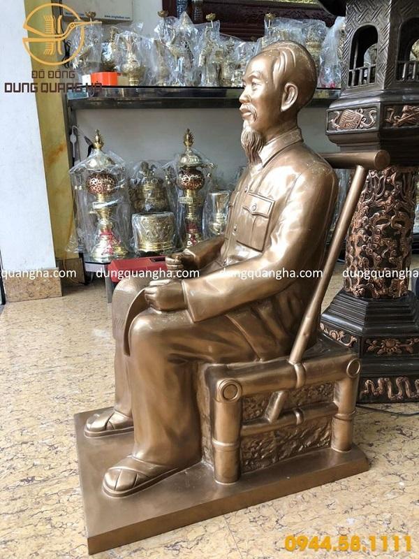 Tượng Bác Hồ ngồi đọc báo bằng đồng đỏ cao 90cm