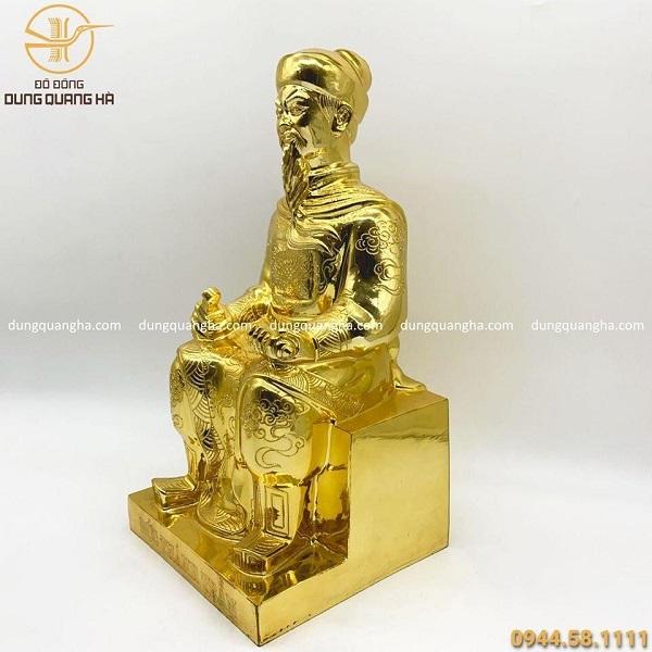 Tượng Đức Thánh Trần ngồi ghế bằng đồng mạ vàng