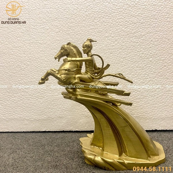 Tượng Thánh Gióng bằng đồng vàng mộc cỡ nhỏ