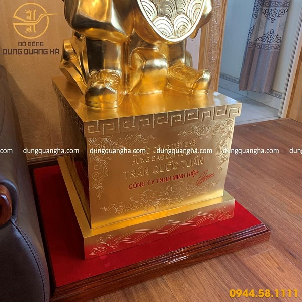 Tượng Trần Hưng Đạo bằng đồng dát vàng 9999 cao 1m7