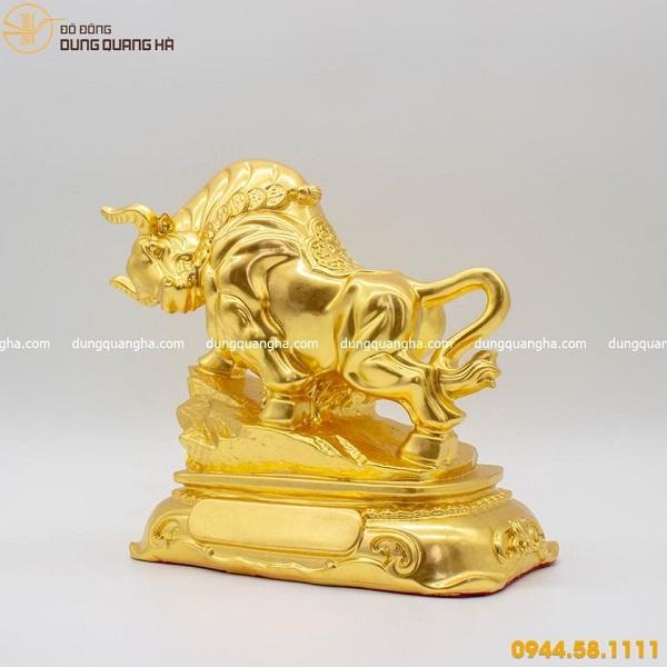 Tượng trâu dũng mãnh - linh vật phong thủy thếp vàng mẫu 4