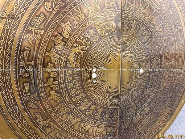 Mặt trống đồng vàng gắn cửa độc đáo tinh xảo ý nghĩa