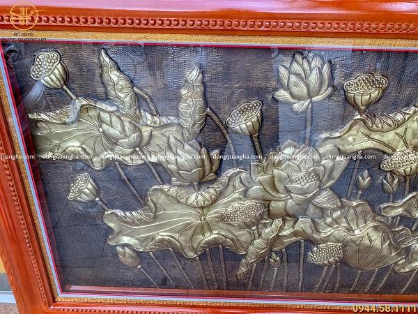 Tranh hoa sen phong thủy nền đồng vàng thúc nổi 1m7