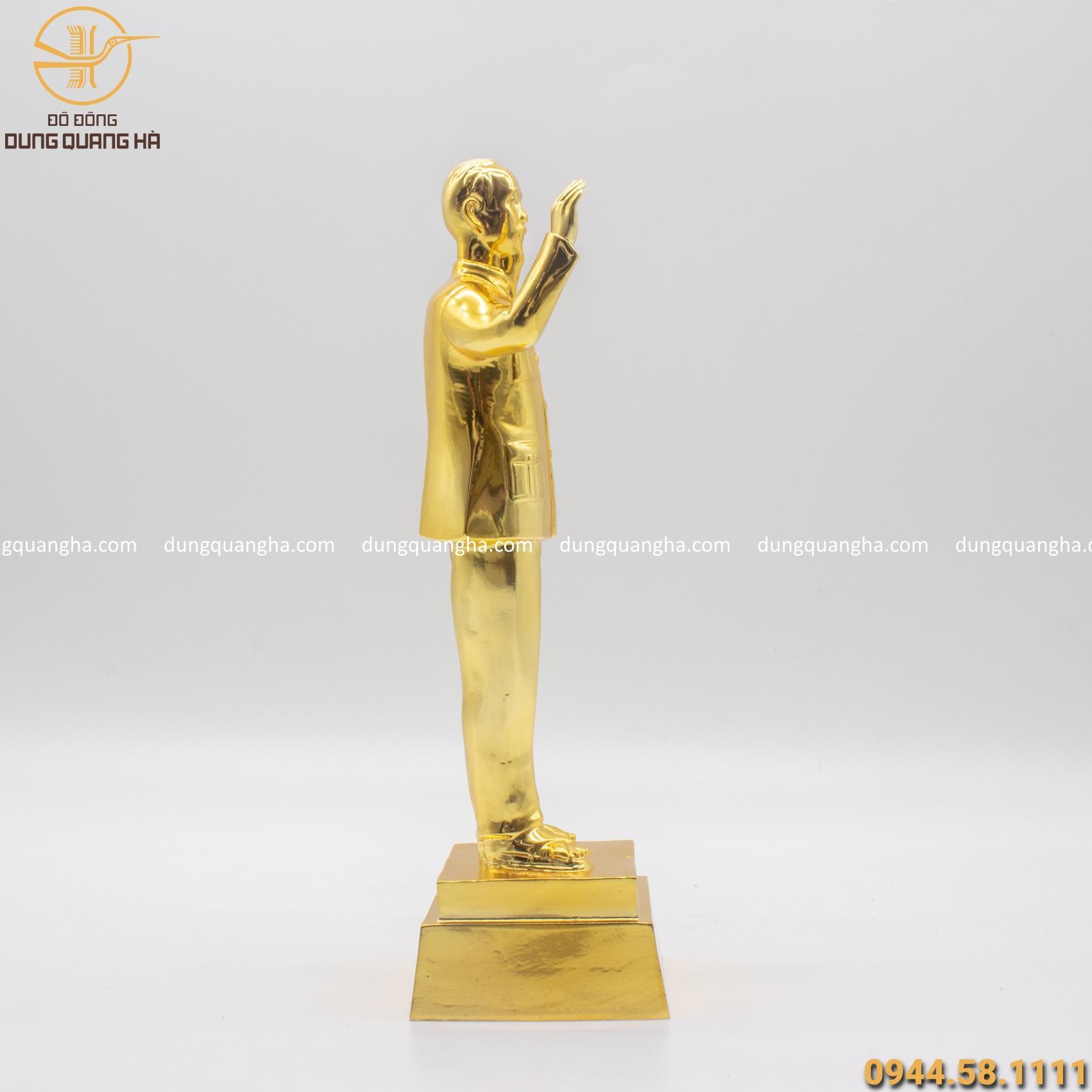 Tượng Bác Hồ vẫy tay chào bằng đồng mạ vàng tinh xảo
