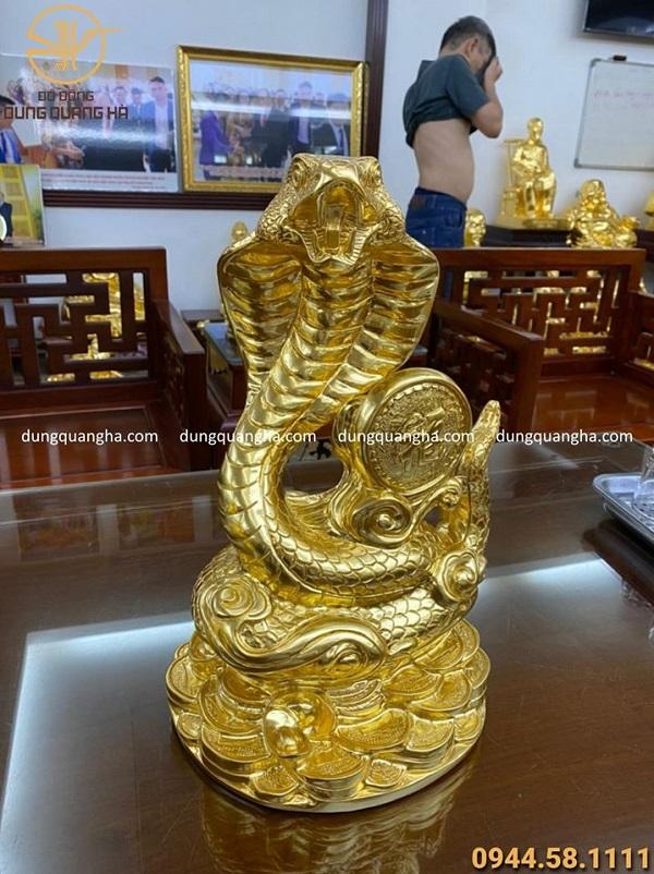 Tượng rắn phong thủy cuộn chữ Phúc cao 40cm thếp vàng 9999