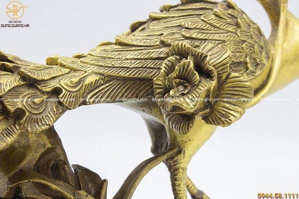 Tượng khổng tước ngậm hoa bằng đồng vàng mộc cao 15cm dài 27cm