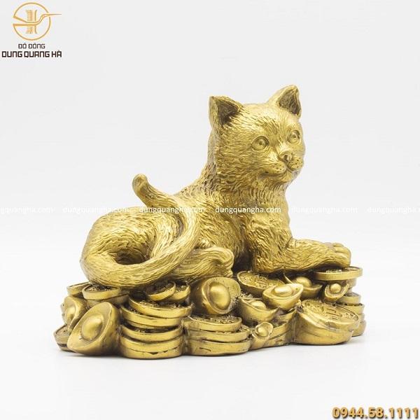 Tượng mèo nằm trên tiền bằng đồng vàng cao 17cm dài 22cm