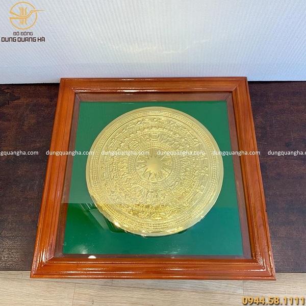 Tranh mặt trống đồng mạ vàng nền xanh khung gỗ 60 x 60cm