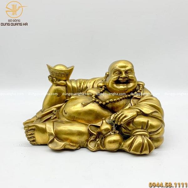 Tượng Di Lặc bằng đồng vàng nằm nâng kim nguyên bảo 26x12cm