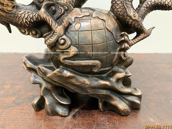 Tượng rồng phong thủy ôm quả địa cầu bằng đồng đỏ hun giả cổ