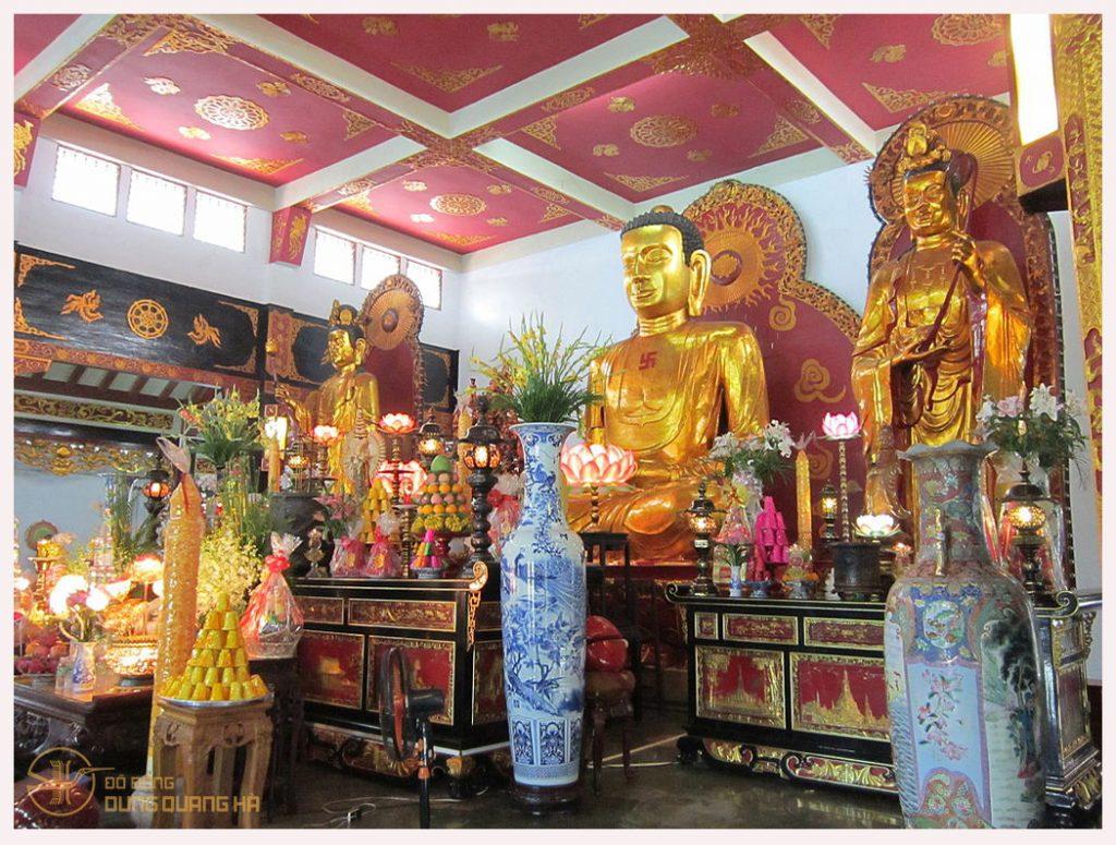 3 bức tượng Phật tại chính điện Phật đường
