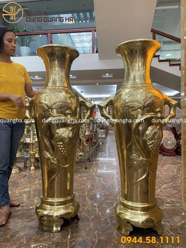 Lộc bình được các nghệ nhân tại Đồ đồng Dung Quang Hà chế tác tinh xảo