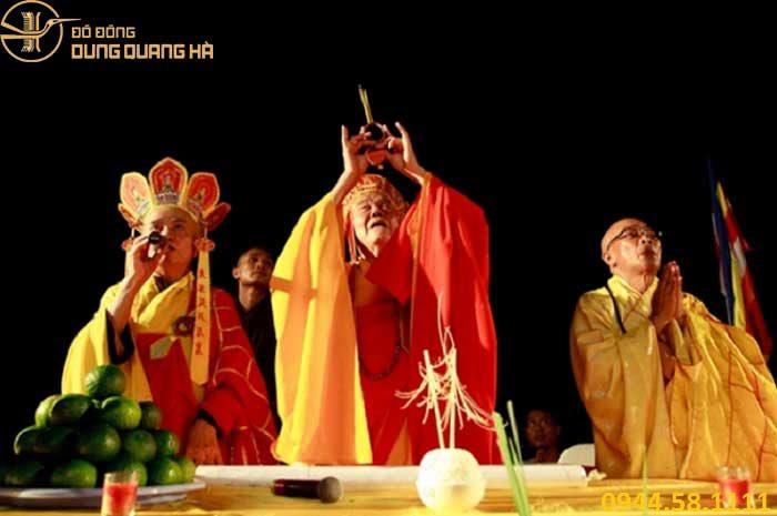 Thầy tu hoặc pháp sư là người tiến hành nghi lễ khai quang điểm nhãn
