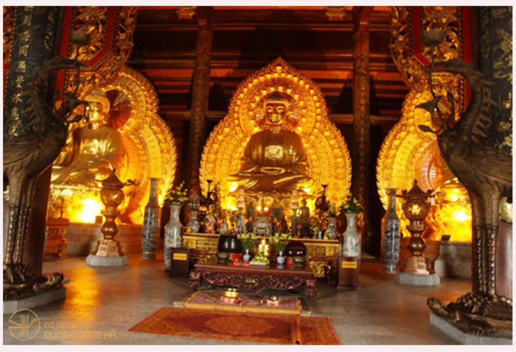 Tượng Tam Thế Phật ở chính điện Phật đường