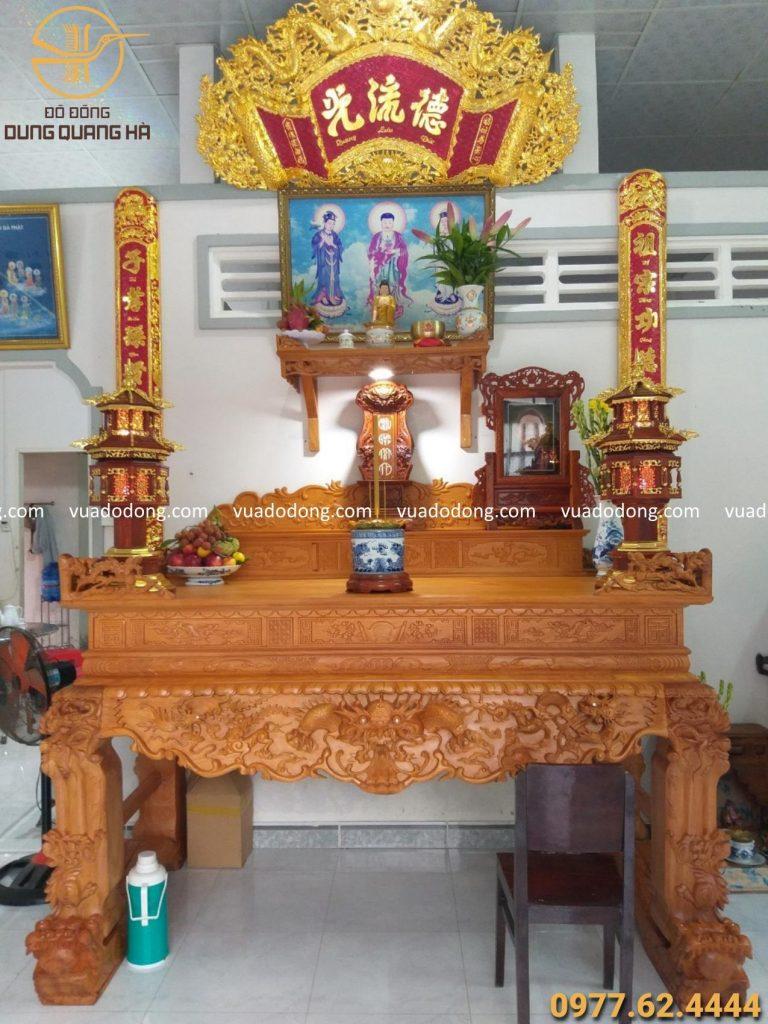 Sửa soạn lại bàn thờ trước khi cúng giao thừa