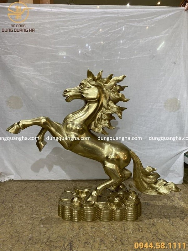 Tượng ngựa phong thủy dũng mãnh bằng đồng cát tút