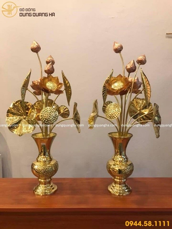 Hoa sen đồng thờ cúng trưng bày trên bàn thờ