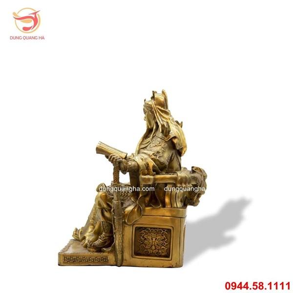 Tượng Quan Công ngồi đọc sách bằng đồng vàng