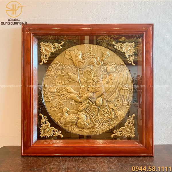 Tranh hoa sen phong thủy bằng đồng thúc nổi khung gỗ vuông