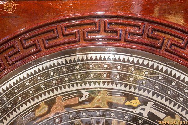 Tranh mặt trống đồng đỏ khảm ngũ sắc khung gỗ cao cấp