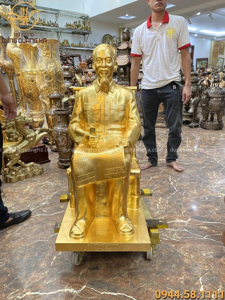 Tượng Bác Hồ ngồi ghế mây cao 90cm thếp vàng 9999