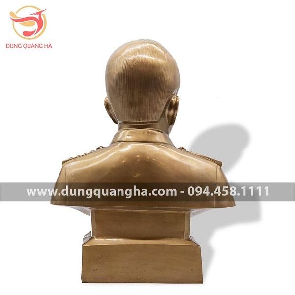 Bức tượng Đại tướng phía sau
