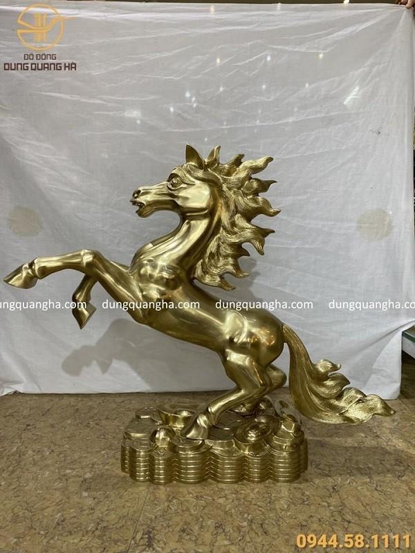 Tượng ngựa dũng mãnh bằng đồng cát tút