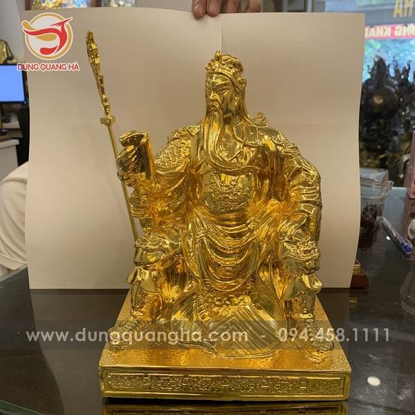 Tượng Quan Công ngồi đọc sách mạ vàng tinh xảo do các nghệ nhân đồ đồng Dung Quang Hà chế tác