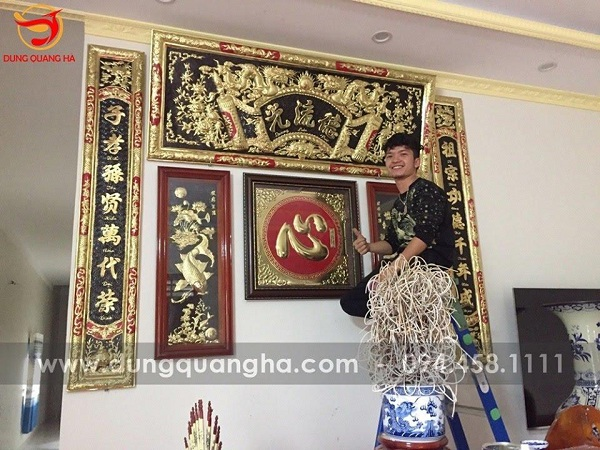 Dung Quang Hà hỗ trợ khách hàng lắp đặt bức hoành phi câu đối tận nhà hợp phong thủy