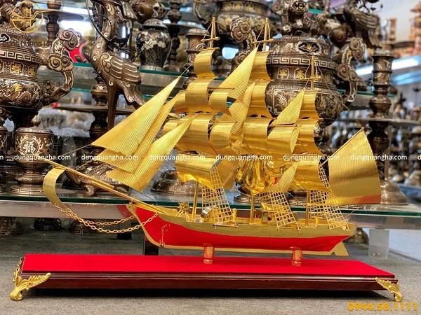 Mẫu thuyền buồm mạ vàng dài 85cm cao 55cm rộng 12cm đế gỗ