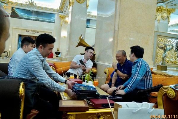 Đồ đồng Dung Quang Hà vinh dự đón tiếp HLV Park Hang-seo