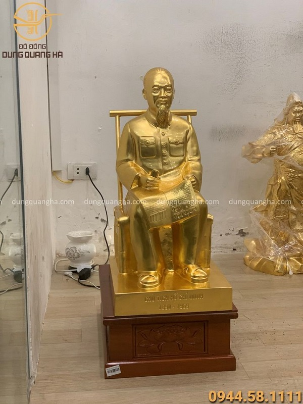 Tượng Bác Hồ bằng đồng ngồi ghế mây cao 60cm thếp vàng 9999